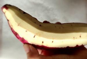 サツマイモの皮をむく