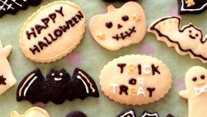 チョコペンで手軽に♪ハロウィンの型抜きクッキー